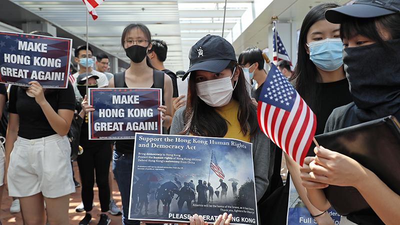 2019年9月20日,香港大学的学生在校园内举牌抗议。(美联社)