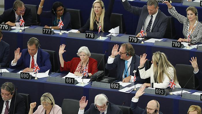 欧洲议会的部分议员在2019年9月18日的一次会议上投票(美联社)
