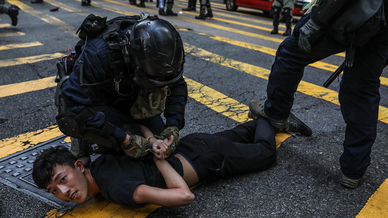 2019年11月13日,警方在香港中环抗议活动中,逮捕了一名示威者。(法新社)