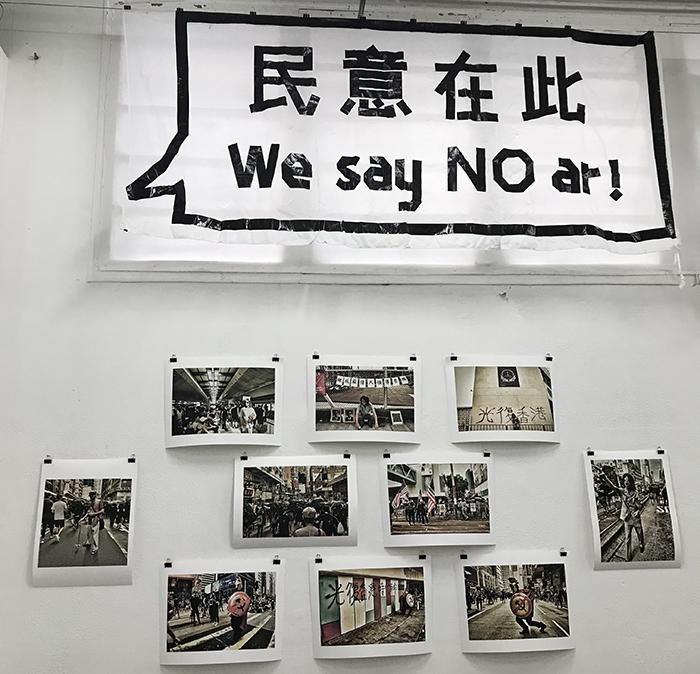 """法国旅法港人撑香港团体3日在巴黎举办""""流水与飞灰.创意进化╳革命""""艺术展 (摄影:蔡凌)"""