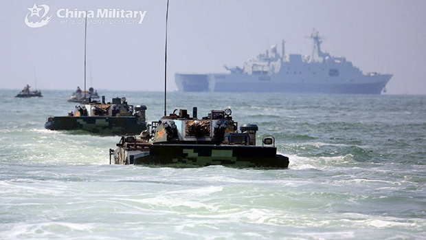 中国军方近年来加强了在台湾周边海域的联合演练。图为2019年8月中国海军陆战队某旅进行两栖登陆对抗演练。(中国国防部网)