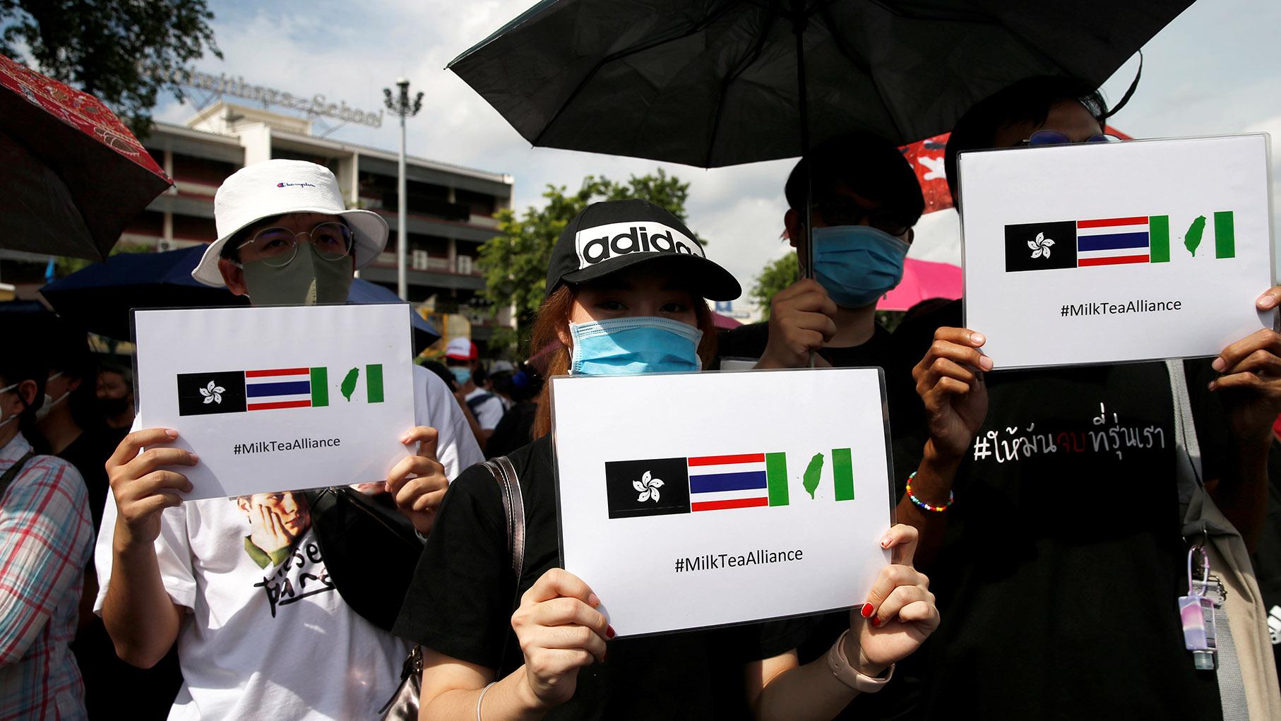 """泰国日前爆发近6年来最大规模示威抗议,呼吁解散国会和修宪,不少香港和台湾人士也以行动力挺,2020年8月16日的抗议现场及网路贴文皆有出现""""奶茶联盟""""主题标签。(路透社)"""
