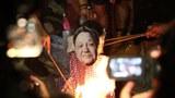 六四周年夜港民团中联办前抗议。(陈槃摄影)