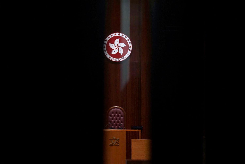 2021 年 4 月 14 日,《2021年改善选举制度综合修订条例草案》会议结束后,透过一扇紧闭的门的玻璃看到香港特别行政区立法会标志。