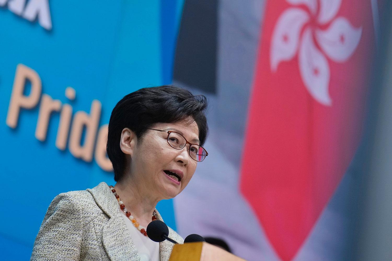 2021 年 8 月 10 日,香港行政长官林郑月娥在新闻发布会上表示,支持《反外国制裁法》纳入《基本法》附件三的方法。(法新社)