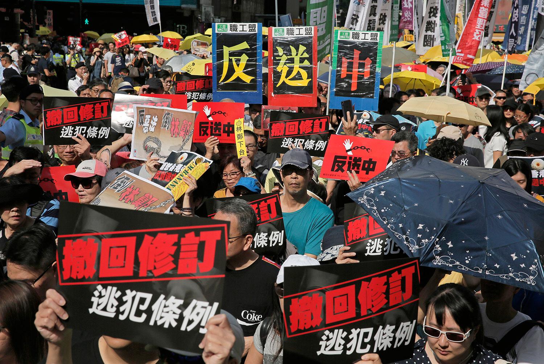 2019年4月28日,为了反对香港的《逃犯条例》修订草案,由民间人权战线等组织发起了有13万港人走上街头的游行示威,呼吁香港特区政府撤回与引渡法有关的《逃犯条例》修正案。(美联社)