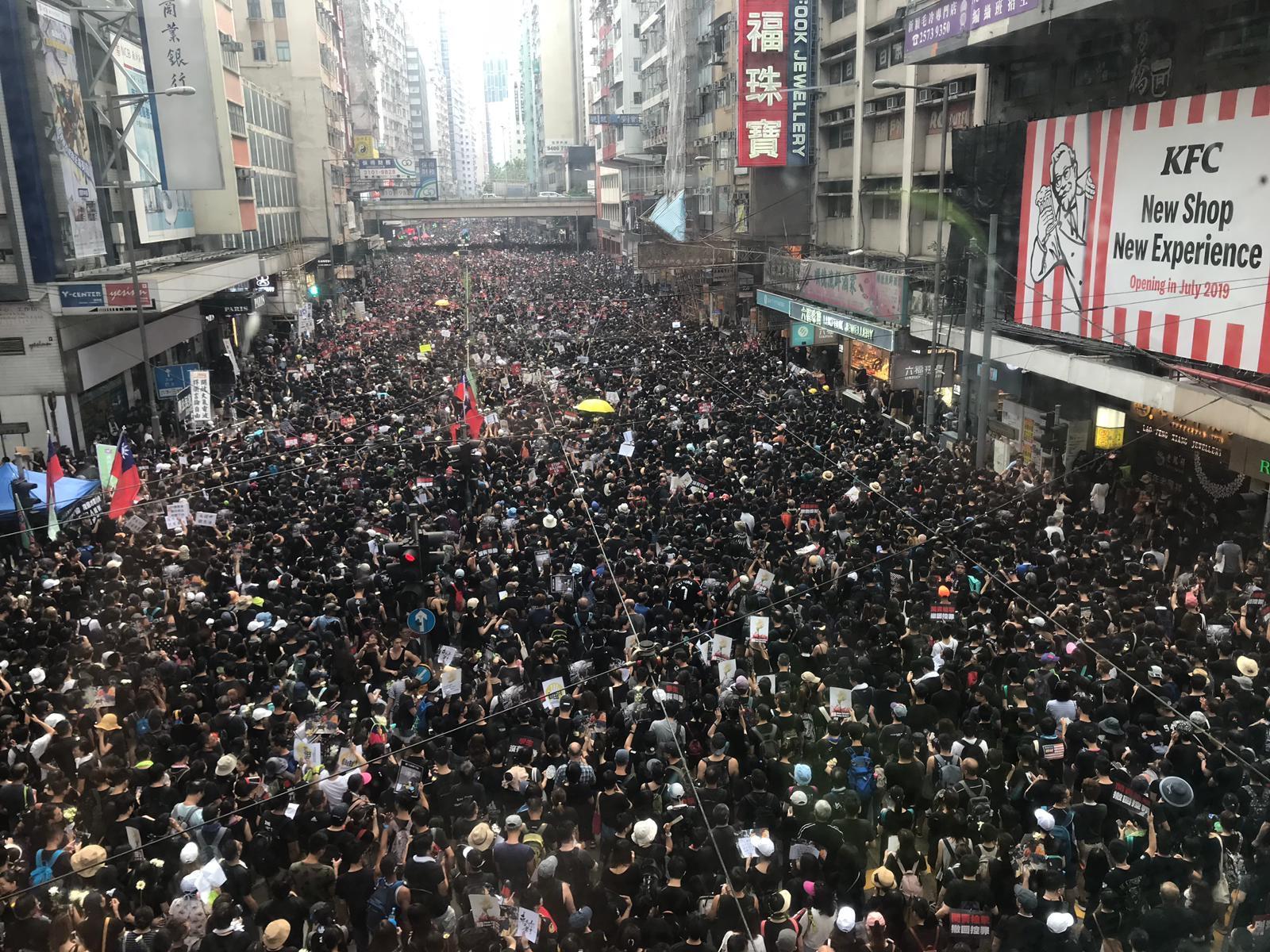 2019年6月16日,香港数以万计的市民示威大游行,要求香港领导人下台,并撤回引渡法案。(本台记者摄)