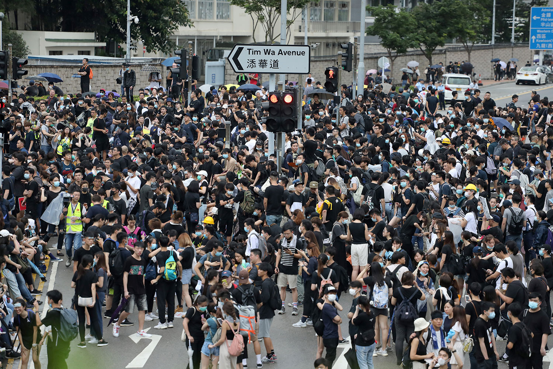 2019年6月17日,香港市民示威游行,要求郑月娥下台并撤销引渡法案。(路透社)