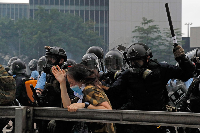 2019年6月12日,香港市民反《逃犯条例》的示威活动中,抗议者被防暴警察袭击。(美联社)