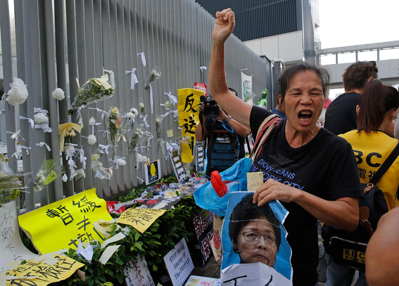 2019年6月18日,一名香港市民高呼口号,要求香港特首林郑月娥下台。(法新社)