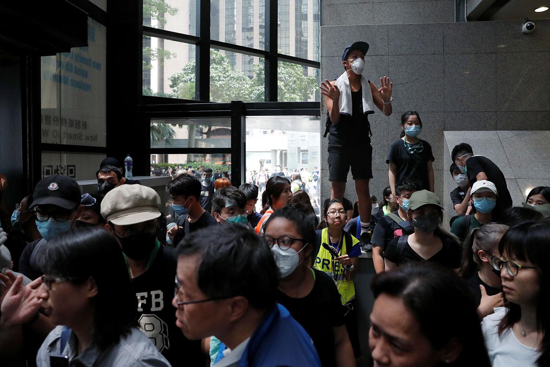 2019年6月21日, 反对《逃犯条例》修订的示威者占据湾仔税务大楼。(路透社)