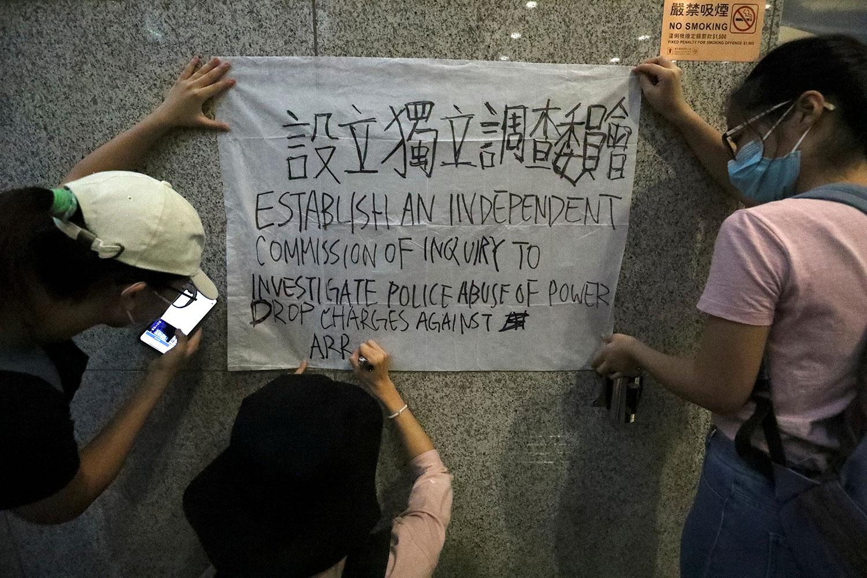 2019年6月24日,在香港的税务大楼外,抗议者要求设立独立调查委员会。(路透社)