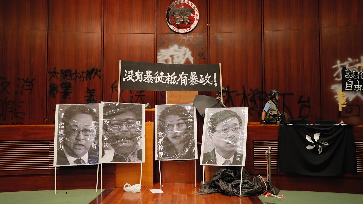 香港反对《逃犯条例》修订示威人士冲进香港立法会大楼在墙壁上留下涂鸦标语。(美联社)