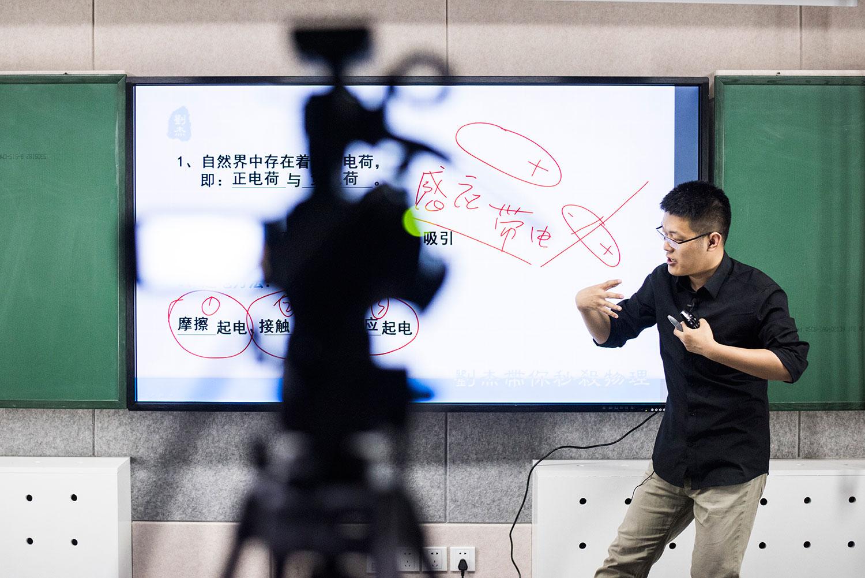 资料图片:2016年4月26日,中国高中物理导师刘杰在北京一家录音室上课。(法新社)