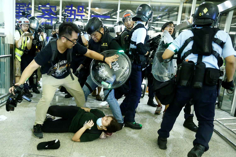 2019年8月13日,在香港国际机场防爆警察袭击示威者。(路透社)