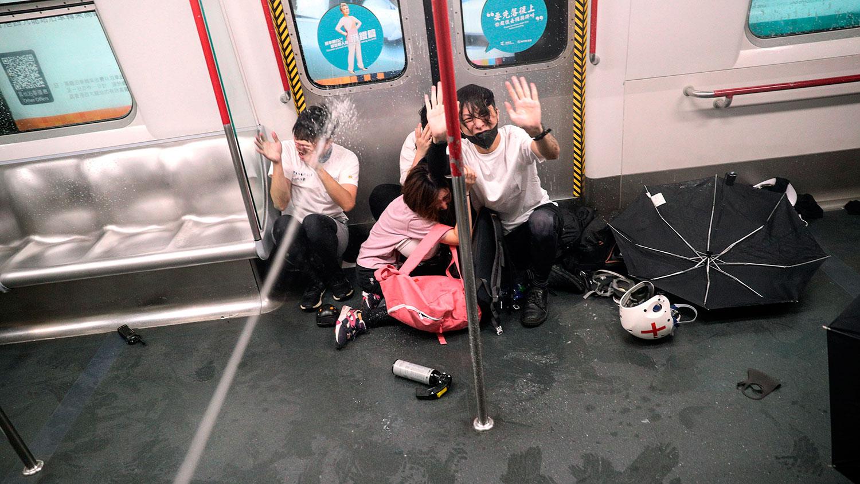 2019年8月31日,香港太子地铁站的一列火车内警方向市民施放胡椒喷剂。
