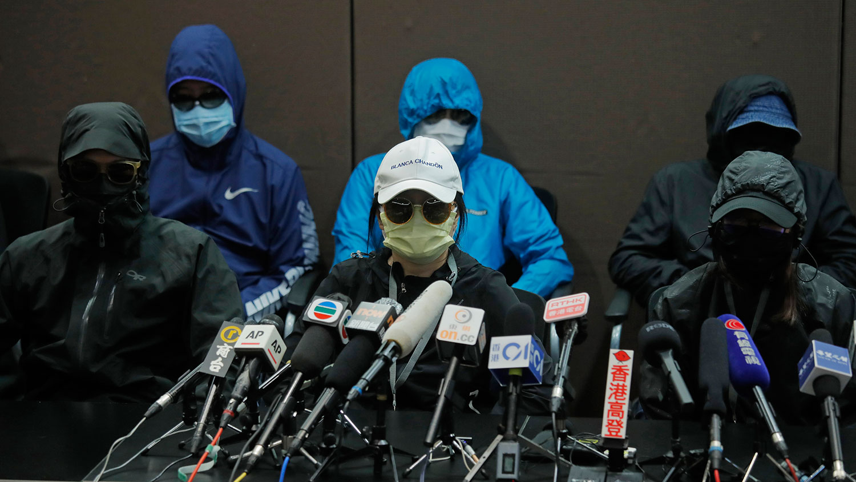 """12名偷渡港人被指企图分裂国家 恐成政治筹码无限上纲。有家属认为,""""企图分裂国家""""的说法是荒谬的,要求当局提供更多证据。图为被拘留香港人的家属在香港举行的新闻发布会上。(AP)"""