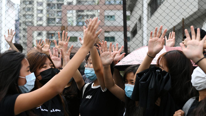 2019年10月7日,抗议者聚集在香港东区法院外声援被捕的示威者。(法新社)