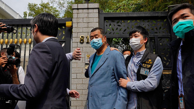 对于香港警方以涉嫌组织非法集结罪等罪名,拘捕黎智英、李柱铭等十五人,港澳办支持香港警方严正执法、维护法治和社会正义;又批评美、英政府和政客说三道四、妄加评论。图为,2020年4月18日,壹传媒创办人黎智英在香港家中被警察逮捕。(美联社)