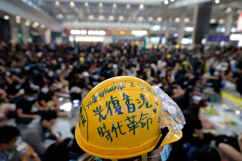 2019年8月9日,反送中示威者在香港机场大厅举行抗议活动。(美联社)