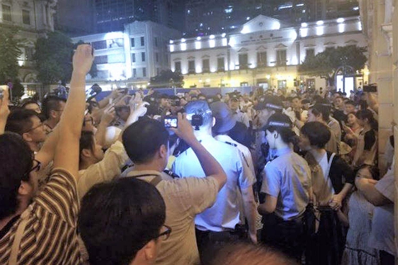 2019年8月20日晚,一场声援香港反送中的默站行动,在澳门知名的喷水池广场遭到大批警察强力排除。(图源:facebook/敢讲香港加油的澳门人@macau.standwithHK)
