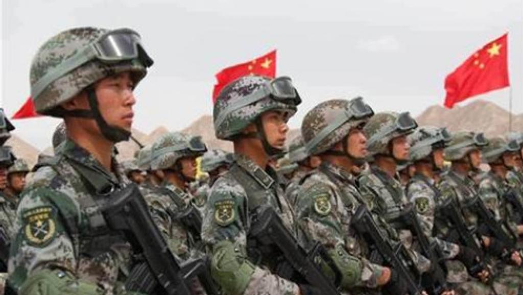 资料图片:解放军驻港部队在香港新界西的青山综合训练场,举行军事演习。(AFP)