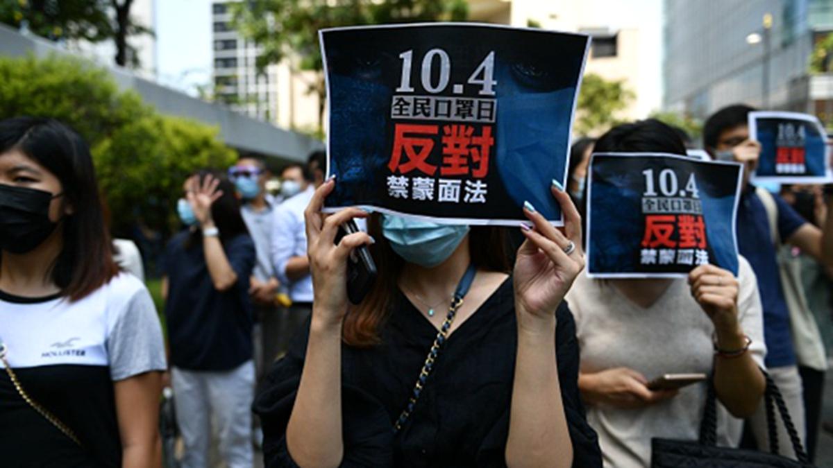 2019年10月4日,香港特首林郑月娥宣布,引用《紧急法》订立《禁蒙面法》后,港人在中环举行反紧急法遊行,抗议港府订立《禁蒙面法》。(法新社)