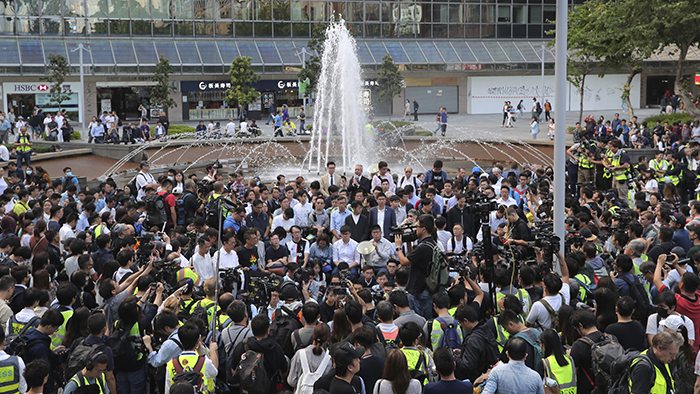 七十多名民主派区议会当选人周一到尖沙咀一个公园集会,声援留守理工大学的人士。(美联社)