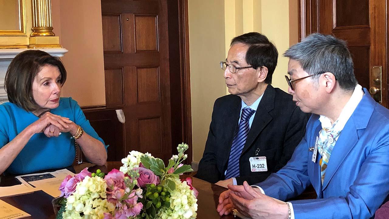 2019年5月16日,民主党创党主席李柱铭与前法律界立法会议员吴霭仪会见众议院议长佩洛西。(反对引渡修例美加团提供)