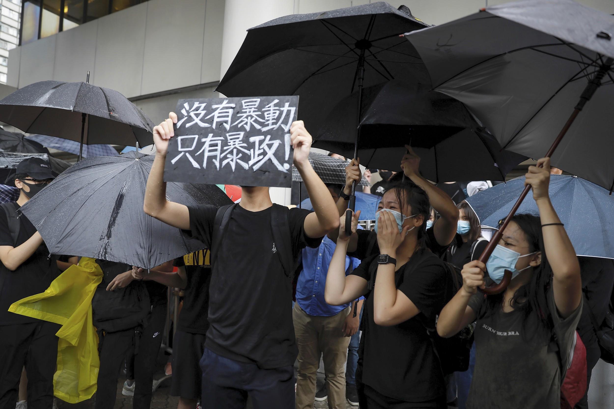 """2019年7月31日,香港东区法院大楼外,近千名声援者在场聚集,高叫""""没有暴动、只有暴政""""等口号。(美联社)"""
