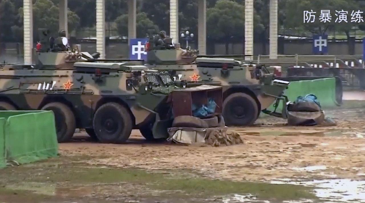 """驻港解放军发宣传片中,有关防暴演练的画面,看到解放军模拟出动装甲车驱赶""""示威者"""",并将他们拘捕。(驻港部队宣传片截图)"""