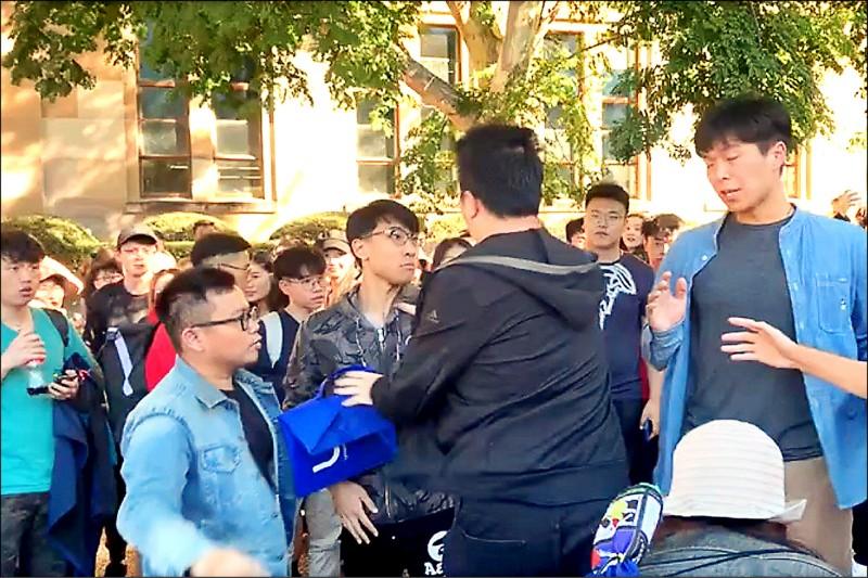 2019年7月24日,香港反送中运动延烧到澳洲昆士兰大学,香港学生在校内举行反送中集会,遭中国学生包围,双方爆发肢体冲突。(推特图片)