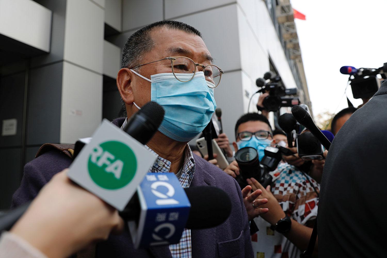 2020年2月28日,香港壹传媒集团创办人黎智英,在香港被指参与非法集会而拘捕后离开了警察局。(路透社图片)