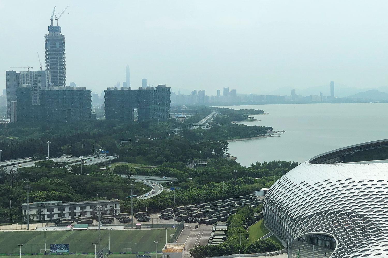 2019年8月15日,深圳湾体育中心外,停着大量军车和装甲车。(法新社)