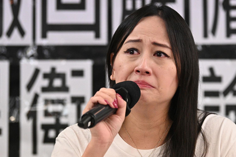 国泰子公司的港龙航空,已工作十七年的港龙空勤人员协会主席施安娜,近日在未获告知原因的情况下被解雇。图为2019年8月23日,施安娜在记者会上。(法新社)