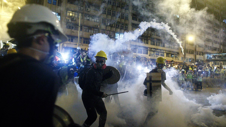 2019年7月21日,香港防暴警察向示威者发射催泪弹。(美联社)