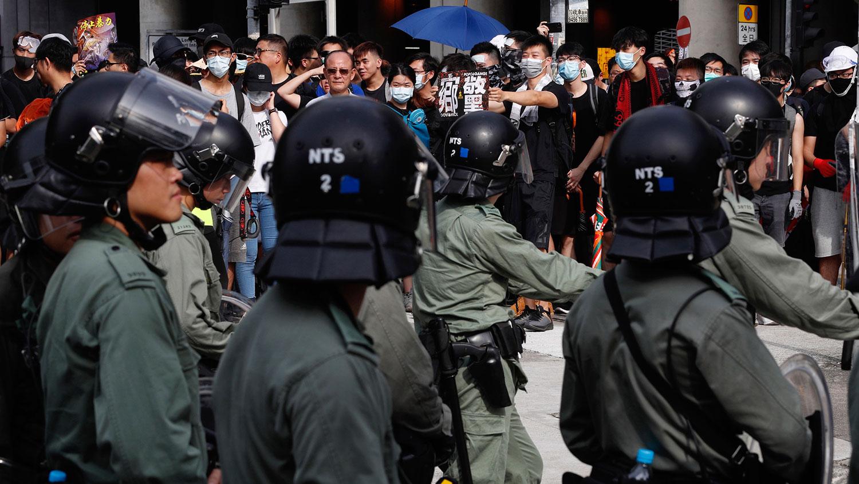 """2019年7月27日,""""7.27光复元朗大游行"""",抗议者与防暴警察对峙。(美联社)"""