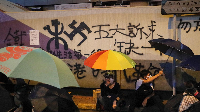 2019年9月6日,抗议者坐在香港九龙旺角太子站外示威,要求港府回应包括成立独立调查委员会的四项诉求。(美联社)