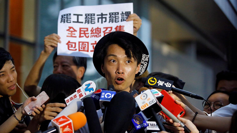 资料图片:2019年6月11日,香港民间人权阵线召集人,抗议组织者岑子杰在香港立法会大楼外对媒体发话。(路透社)