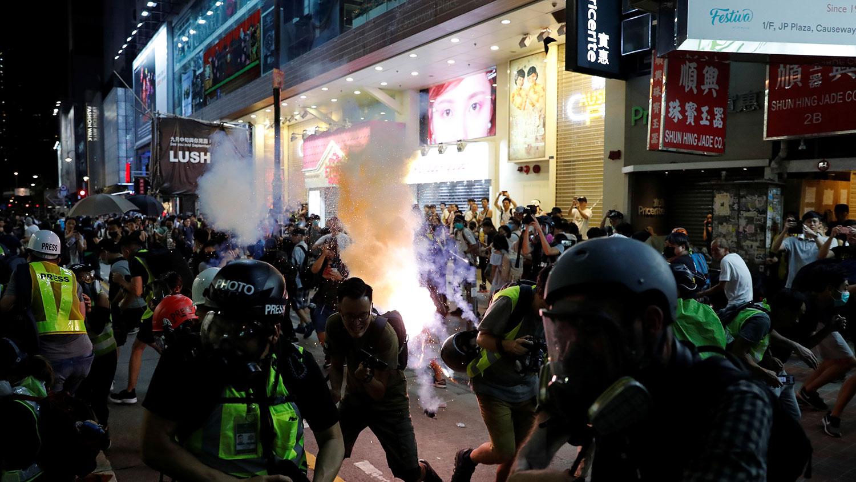 2019年9月15日,警察在铜锣湾附近发射催泪瓦斯试图驱散示威者。(路透社)