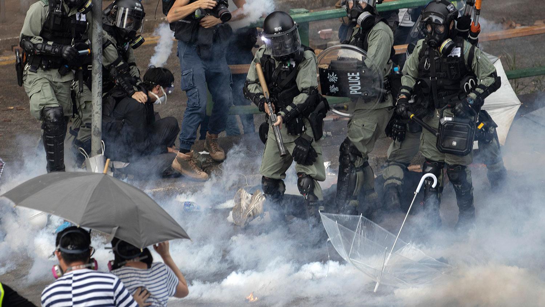 资料图片:2019年11月18日,防暴警察在香港理工大学抓捕抗议者。(美联社)
