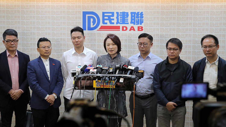 在香港,有不少亲共政治团体,组织架构和实际运作,均由中共港澳工委直接领导,例如香港工联会和民建联,一直被香港人视作直属于中共。图为2019年11月25日,亲北京的香港建联举办记者会,承认区选大败。(美联社)