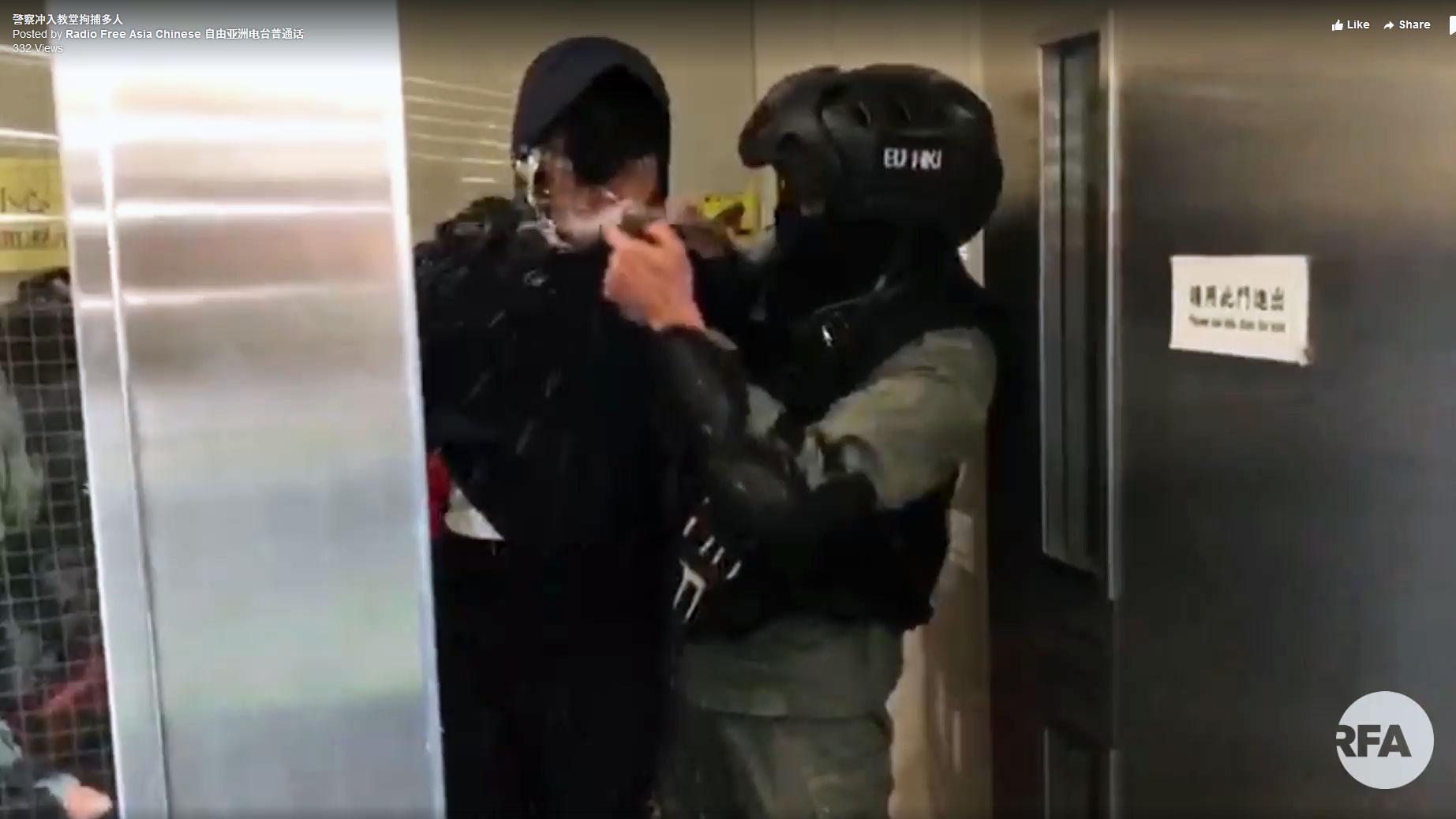2019年11月11日,防暴警察从后门冲入教堂拘捕市民,其中一名被捕少年被拘捕后双手已被反绑,但仍被警察直射胡椒剂。(本台视频截图)