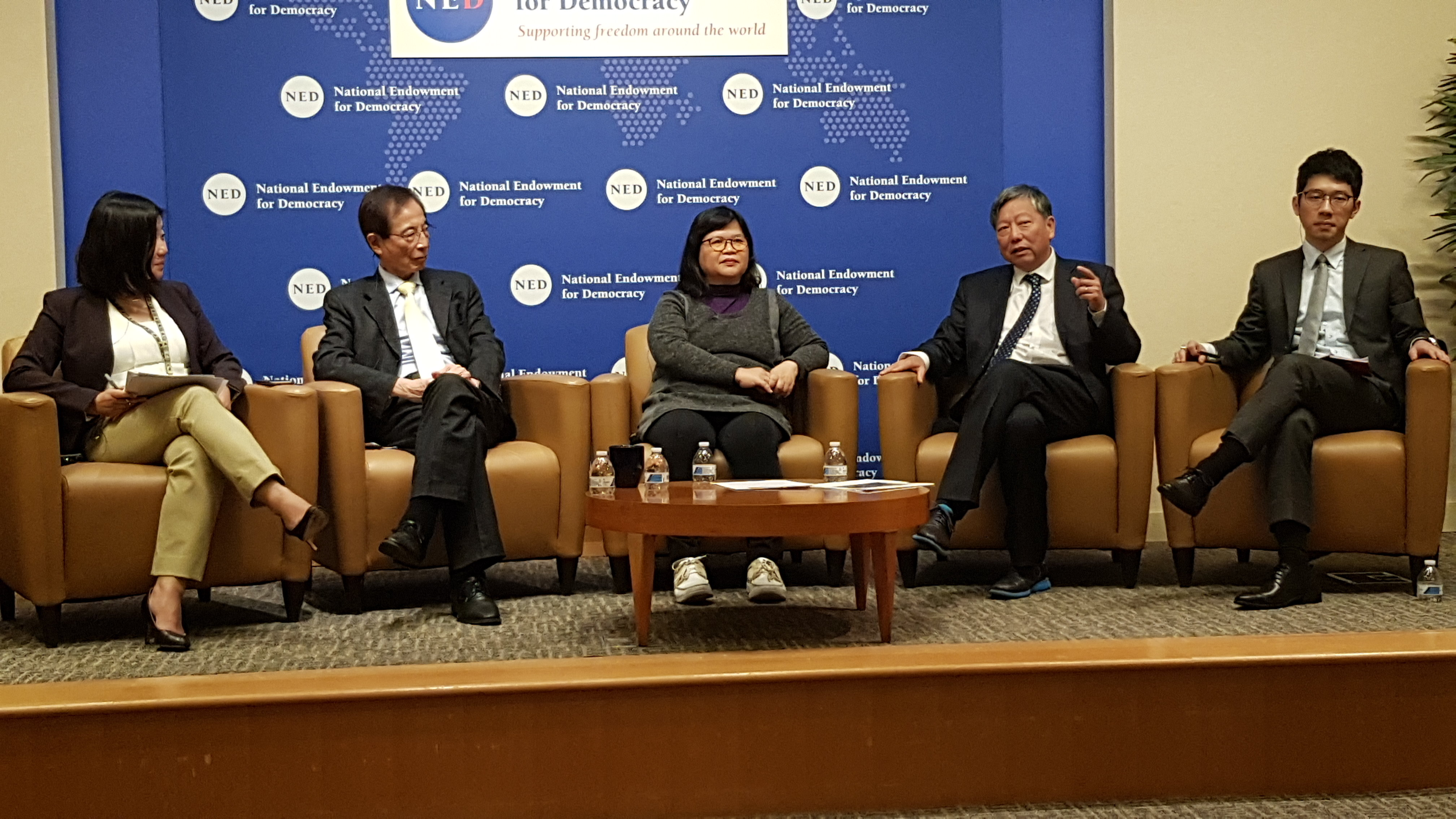 代表团成员包括香港众志创党主席罗冠聪、香港支联会前主席李卓人、香港记者协会前主席麦燕庭等人。(记者家傲摄)
