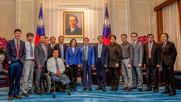 2019年5月23日,台湾的总统蔡英文在六四30周年前与多名中国大陆民运人士合影。(总统府提供)