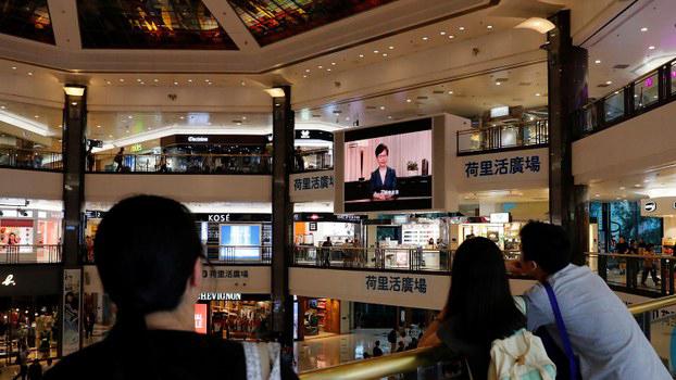 2019年9月4日,香港市民在一购物中心观看特首林郑月娥宣布撤回修订逃犯条例的电视讲话。(路透社)