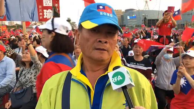 黄埔官校51期71年班的李先生批年改不公不义。(记者李宗翰摄)