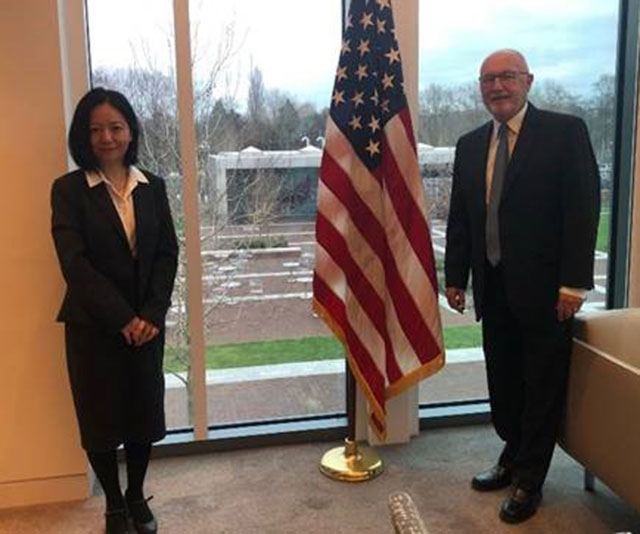 美国驻荷兰大使胡克斯特拉邀请,台湾驻荷兰代表陈欣新前往大使馆会面。(截图自胡克斯特拉推特)