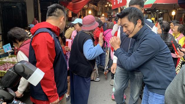 蒋万安在传统市场谢票并且发放春联。(记者 黄春梅摄)