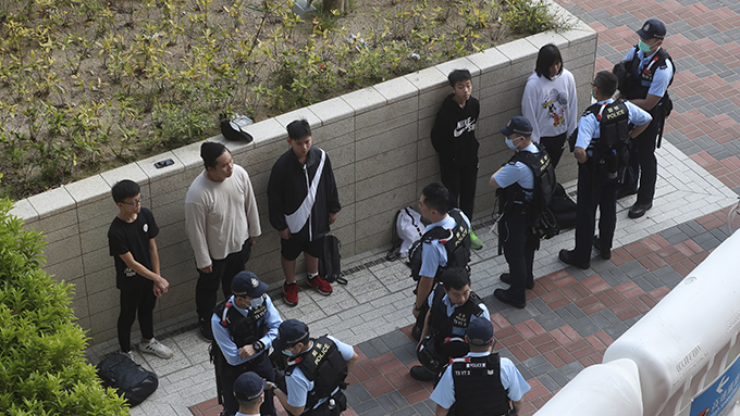 2020年1月24日,警察在香港一座高�F站拘捕抗�h民�\。(美�社)